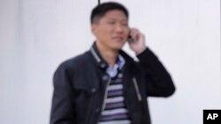 Một người Bắc Triều Tiên sử dụng điện thoại di động tại sân bay quốc tế Sunan