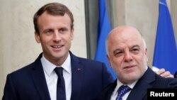 El presidente francés, Emmanuel Macron (izquierda) recibió al primer minstro iraquí, Haider Al-Abadi en el Palacio del Eliseo, en París, el jueves, 5 de octubre, de 2017.