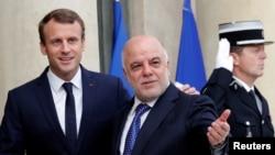 Presiden Perancis Emmanuel Macron menyambut Perdana Menteri Irak Haider Al-Abadi di Istana Elysee di Paris, 5 Oktober 2017.