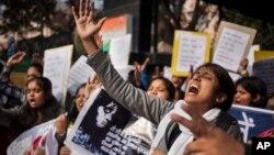 一名印度婦女一月13日在新德里警察局外抗議警察對強姦等案的漠視。(資料照)