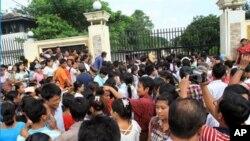 緬甸一所監獄門外﹐一大群人等待親人釋放