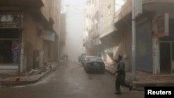 Rakka'da hava saldırılarından kaçmaya çalışan bir Suriyeli