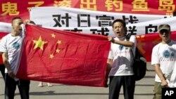 Китайские демонстранты у японского посольства в Пекине требуют, чтобы Япония покинула группу необитаемых островов Сэнкаку, в Китае их называют – Дяоюй. 15 августа 2012 г.