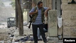 یکی از مخالفان مسلح رژیم بشار اسد در شهر جنگ زده آله پو در سوریه.