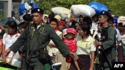 Cảnh sát Thái Lan hộ tống một nhóm người tị nạn Miến Ðiện tại thị trấn biên giới Mae Sot của Thái Lan