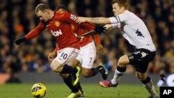 Tendangan Wayne Rooney, kiri, ini berhasil menggolkan kemenangan bagi Manchester United ats Fulham di Stadion Craven Cottage di London (foto, 2/2/2013).
