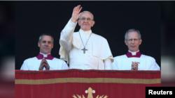پوپ فرانسس سینٹ پیٹر بیسی لیکا کی بالکونی سے کرسمس کا پیغام دے رہے ہیں