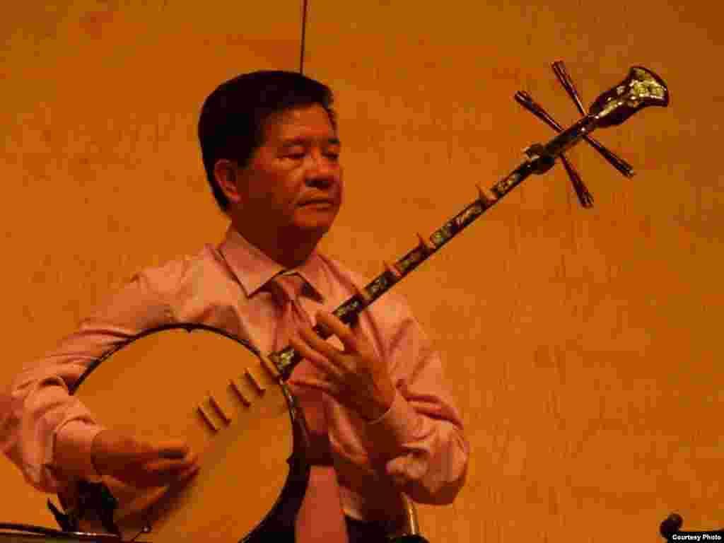 Nhạc sĩ Vũ Hồng Thịnh với đàn cổ truyền Việt Nam (ảnh Bùi Văn Phú)