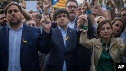 Presiden Catalonia Carles Puigdemont dan Ketua parlemen Carme Forcadell (kanan), yang kini terguling, pada aksi protes di Barcelona 21 Oktober lalu (foto: dok).