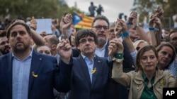 Le président de la Catalogne Carles Puigdemont, au centre, lors d'une manifestation pour l'indépendance de la Catalogne, le 21 octobre 2017.