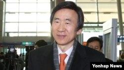 윤병세 한국 외교부 장관이 스위스 제네바에서 열리는 유엔 인권이사회에 참석하기 위해 4일 출국하고 있다.