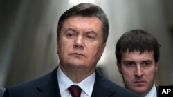 Tổng thống Viktor Yanukovych mời các nhà lãnh đạo tôn giáo, xã hội dân sự và phe đối lập tham dự một cuộc đối thoại toàn quốc.