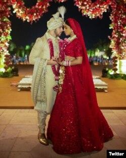 پریانکا اور جونز ہندوانہ روایات کے مطابق ہونے والی شادی میں۔