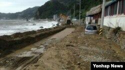 울릉도에 내린 기록적인 폭우로 산사태와 도로 유실 등 피해가 속출하자, 31일 당국이 중장비를 동원해 긴급 복구작업을 벌이고 있다.
