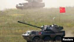 Kendaraan-kendaraa lapis baja di Chebarkul dalam latihan militer yang diikuti oleh tentara Rusia, China, dan Asia Tengah, 17 Agustus 2007. (Foto: Reuters)