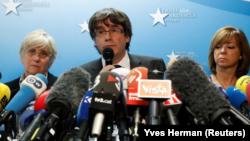 Pemimpin Catalán, Carles Puigdemont (tengah) memberikan pernyataan dalam konferensi pers di Brussels, Belgia, Selasa (31/10).