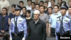 Ông Chu Vĩnh Khang đang nghe phán quyết của tòa án.