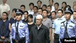 中国中央电视台2015年6月11日的电视画面显示前中共政治局常委周永康在天津听取一家法庭对他的判决