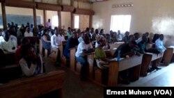 Les jeunes échangent sur le comportement à tenir en période électorale à Bukavu, le 1er septembre 2017. (VOA/Ernest Muhero)