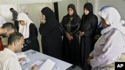 총선 투표를 위해 웨스트 뱅크 타운 폴링 역 투표소를 찾은 유권자들