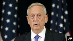 El secretario de Defensa de EE.UU., Jim Mattis, expresó preocupación por gasto excesivo en uniformes del Ejército Nacional Afgano.