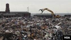 建築工程設施11月14日在紐約皇后區的洛克威雅各布里斯公園清理超級颶風桑迪造成的廢物垃圾