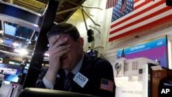 纽约证券交易所一名交易员面临星期一股市开盘时的暴跌。(2020年3月9日)