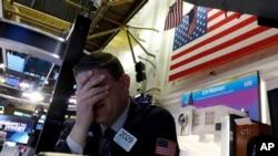 纽约证券交易所一名交易员面临星期一股市开盘时的暴跌。(美联社2020年3月9日资料照)