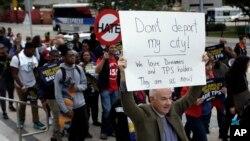 Defensores de inmigrantes en Coral Gables, Florida, marchan en apoyo a los inmigrantes protegidos por los programas DACA y TPS, recientemente cancelados por la administración Trump.