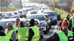 معترضان با پوشیدن جلیقه زرد، مسیر رانندگان را در «مولشایم» واقع در شرق فرانسه مسدود کردند. شنبه، 17 نوامبر 2018