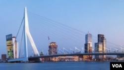 Para tersangka ditangkap di kota pelabuhan Belanda, Rotterdam.