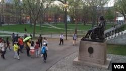 美国常春藤名校哈佛大学校园内的亚洲游客。(资料照)
