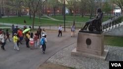 在哈佛校园参观的亚洲游客。(资料照)