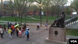 资料照片: 在哈佛校园参观的游客。