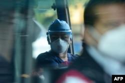 Warga mengenakan masker saat naik angkutan umum setelah pemerintah melonggarkan langkah-langkah pembatasan yang ketat selama hampir enam bulan untuk melawan penyebaran virus Covid-19, di San Salvador, 24 Agustus 2020.