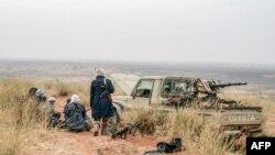 Des djihadistes dans la zone déserte de la région de Meneka, le 4 février 2018. (Photo de Souleymane AG ANARA / AFP)