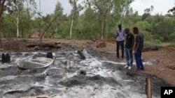 Quelques habitants visitent le camp de Kangaba incendié au cours de l'attaque près de Bamako, Mali, 21 juin 2017.