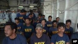 Ngư dân Philippines được tàu cá Việt Nam cứu trên biển, được tàu hải quân BRP Ramon Alcuaz, đưa vào bờ tại tỉnh Mindoro, Philippines ngày 14/6/2019.