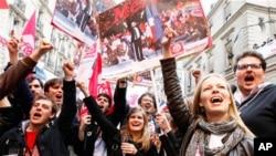 Hàng ngàn người tụ tập tại trụ sở đảng Xã Hội để ăn mừng thắng lợi của ông Hollande, ở Paris, Pháp, Chủ nhật, 6/5/2012