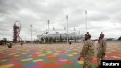 Beberapa tentara Inggris melakukan patroli di sekitar stadion Olimpiade di Olympic Park, Stratford, London timur (17/7). Inggris mengerahkan 18.200 tentara untuk pengamanan olimpiade.
