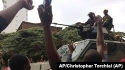 Un véhicule militaire encadre les manifestants à Harare,18 novembre 2017,