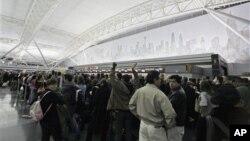 Antrean penumpang di Bandar Udara JFK di New York. (Foto: Dok)