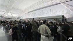 Menurut para pakar kesehatan, bandara dan pesawat udara bisa menyebarkan pandemi secara lebih cepat daripada jenis transportasi lain (foto: dok.).