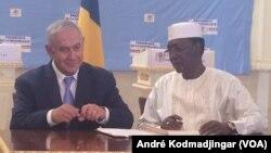 Benyamin Netanyahu et Idriss Deby Itno signant l'accord sur le rétablissement de relations diplomatique entre le Tchad et Israël, le 20 janvier 2019, à N'Djamena au Tchad. (VOA/André Kodmadjingar)