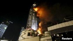 Hotel Address yang terletak di seberang gedung pencakar langit tertinggi di dunia, Burj Khalifa, di Dubai, UEA, terbakar hari Kamis (31/12) malam.