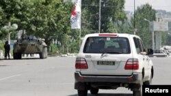 우즈베키스탄 동부 안디잔 마을의 정부청사 근처를 적십자 차량이 지나고 있다 (자료 사진)