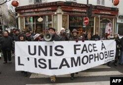Paris'te 'Fransa ve Avrupa'nın İslamlaştırılması' konferansı sırasındaki protesto gösterilerinde 'İslamofobi karşısında birleşelim' pankartı açılmıştı. (Aralık 2010)