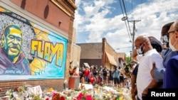 美国明尼苏达州明尼阿波里斯市,乔治·弗洛伊德的弟弟特伦斯·弗洛伊德在他被拘留的地点临时悼念乔治·弗洛伊德(2020年6月1日)。