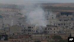 16일 시리아 쿠르드족과 ISIL간 교전이 계속되고 있는 코바니 지역에서 연기가 치솟고 있다.