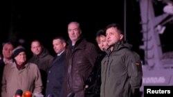Presiden Ukraina Volodymyr Zelenskiy menyambut tiga kapal angkatan laut Ukraina yang ditangkap di Selat Kerch pada November 2018 dan kemudian dikembalikan oleh Rusia, di pelabuhan Ochakiv, Ukraina, 20 November 2019.